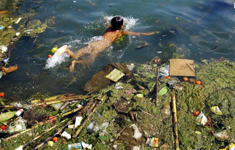 在被污染的水里面洗澡